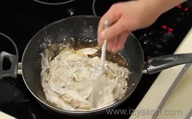 Для приготовления рыбной запеканки добавьте в грибы сметану.