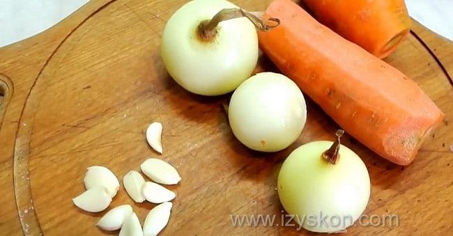 Перед тем как приготовить рыбу хе, по рецепту нужно подготовить овощи.