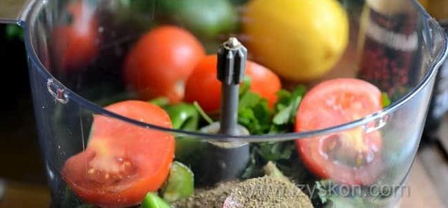 Для приготовления рыбы под шубой по простому рецепту, измельчите овощи.
