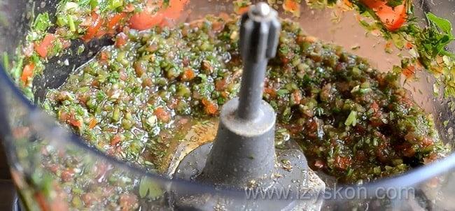 Для приготовления рыбы под шубой по простому рецепту, положите в блендер овощи.