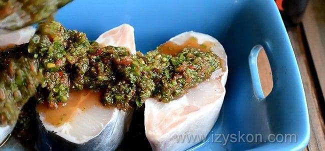 Для приготовления рыбы под шубой по простому рецепту, положите овощную шубу на рыбу.