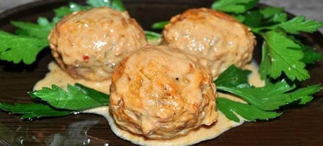 Вкусные тефтели рыбные в томатном соусе готовы.