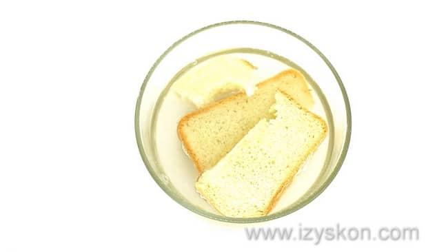 Перед тем как готовить рыбные тефтели в сметанном соусе, залейте хлеб водой.
