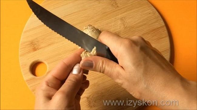 Перед тем как сделать соус терияки очистите имбирь.