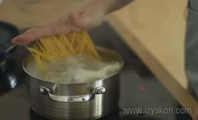 Доводим воду до кипения и варим спагетти.