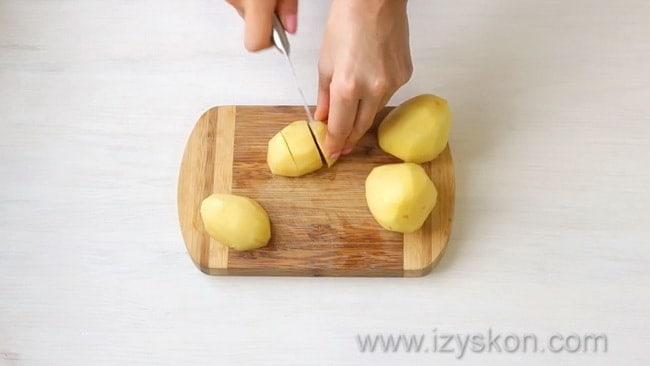 Перед тем как приготовить куриный сырный суп нарежьте картофель