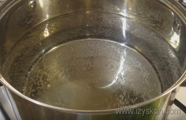 Нарезав арбузные корочки на кусочки, ставим воду в кастрюле на огонь и доводим до кипения.