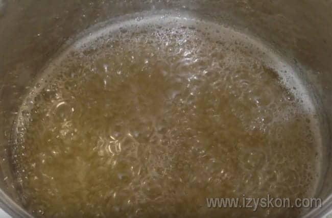 Варим сироп, чтобы приготовить вкусные цукаты из арбуза в домашних условиях.