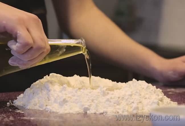 Добавляем растительное масло, чтобы наше тесто для пиццы получилось тонким и хрустящим.