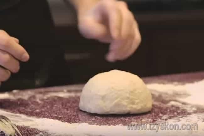 Вот мы и замесили быстрое и вкусное тонкое тесто для пиццы.
