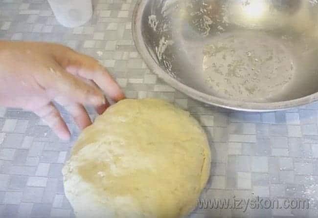 Замешиваем эластичное и гладкое тесто.