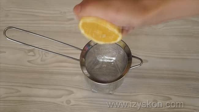 Для приготовления рыбной запеканки выжмите из лемона сок.
