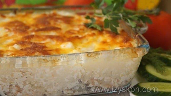 Вкусная апеканка из рыбы с картофелем в духовке готова.