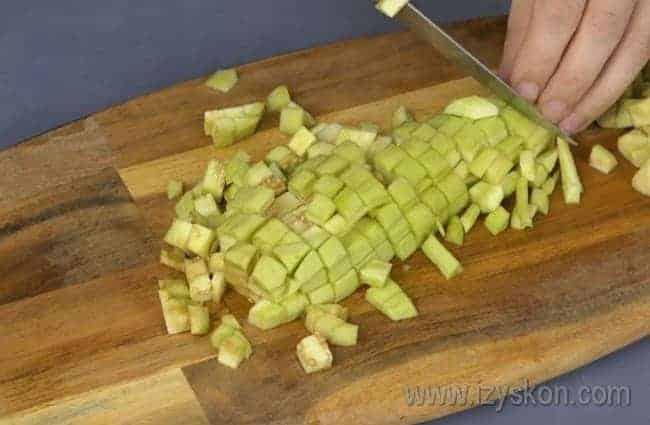 Независимо от того, готовите вы баклажаны с картошкой в духовке или тушеную картошку с баклажанами, нарезаем этот овощ кубиками.