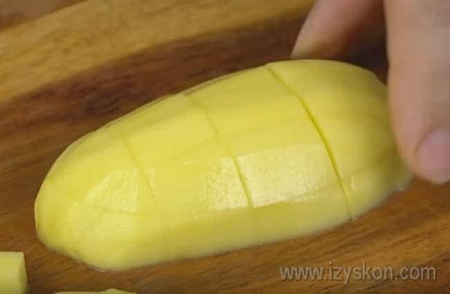 Картофель режем небольшими кубиками.
