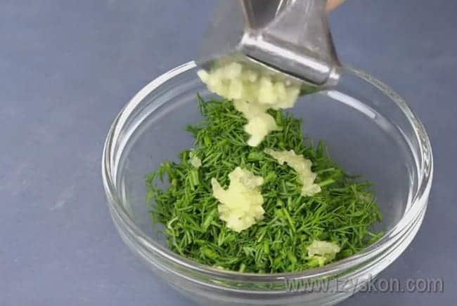 Чтобы придать блюду необычный аромат и приятный вкус, подготовим зелень с чесноком.