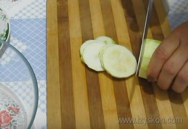 Кабачок нарезаем тонкими кружочками.