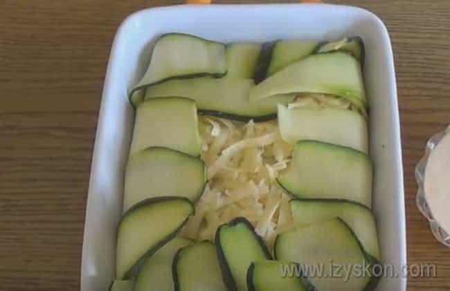 свисающие края кабачков заворачиваем внутрь, накрывая слой сыра.