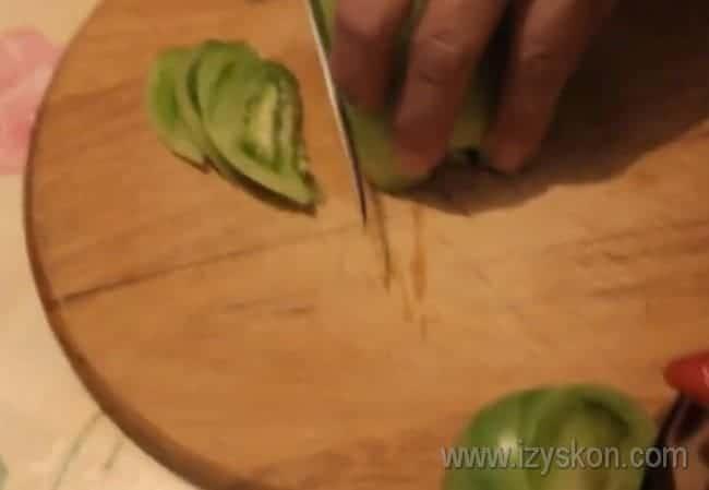 Для этого быстрого рецепта помидоры нарезаем полукольцами.