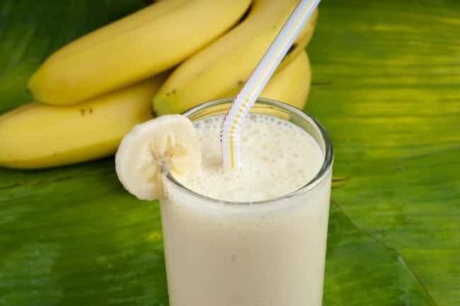 Попробуйте приготовить банановый смузи в блендере с молоком,