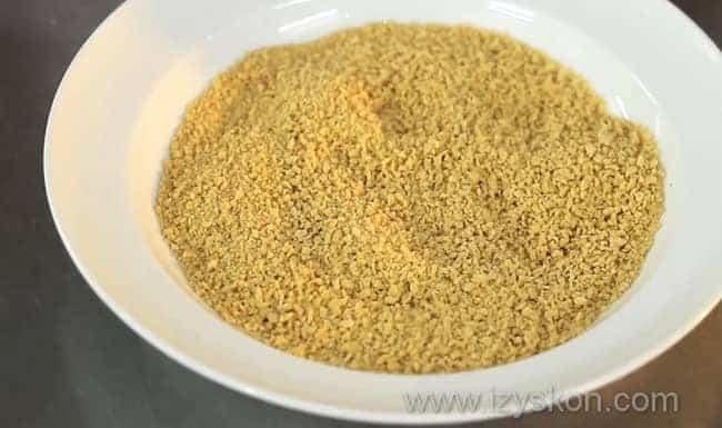 Высыпаем панировочные сухари в мелкую тарелку