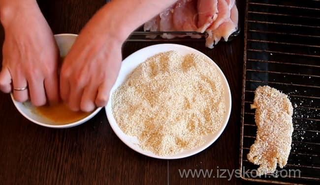 Шницель выкладываем на решетку для духовки