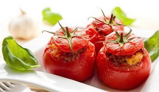 Попробуйте приготовить помидоры фаршированные сыром и чесноком и яйцом