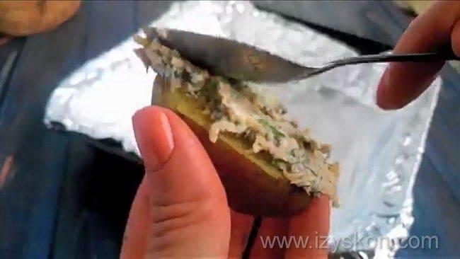 Намажьте картошку начинкой и приготовьте ее в духовке.