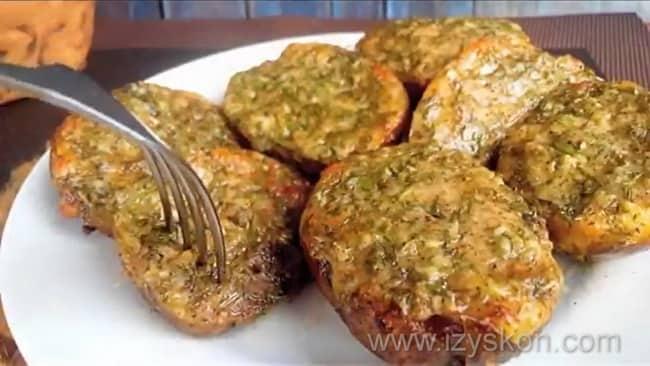 Сытная картошка приготовленная в духовке готова.