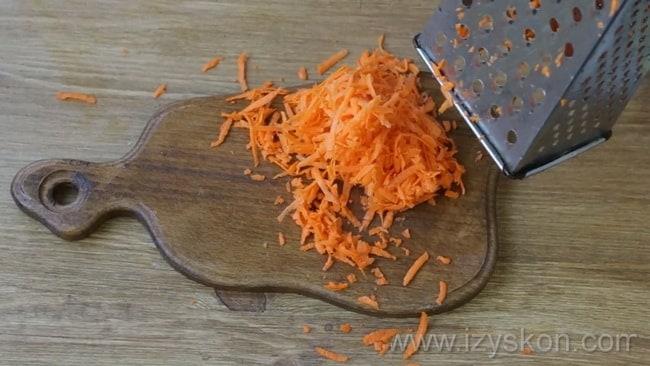 Перед тем как приготовить жареную картошку с тушенкой на сковороде, нарежьте морковь.