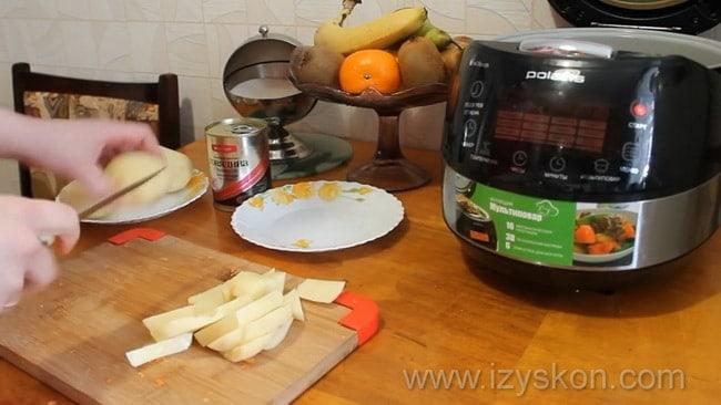 Перед тем как приготовить картошку с тушенкой в мультиварке нарежьте картофель.