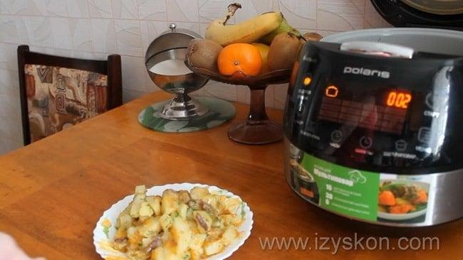 Картошка с тушенкой приготовленная в мультиварке готова.