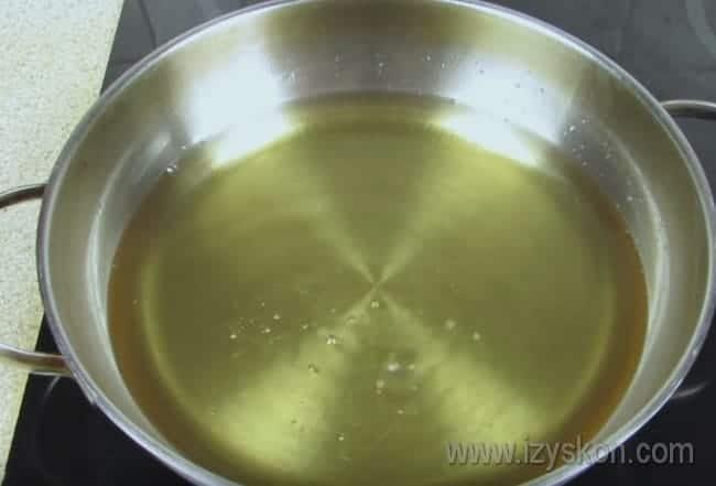 Ставим сковороду на огонь и разогреваем масло почти до кипения.