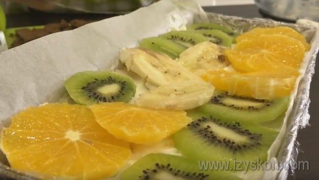 Сверху украшаем торт фруктами.