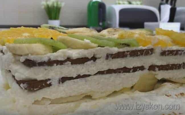 Вынимает торт из холодильника и аккуратно перекладываем на блюдо.