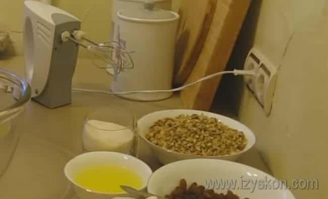 Для этого рецепта нам также понадобятся грецкие орехи и изюм.