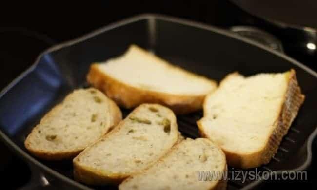 Для этгого рецепта хлеб сначала обжариваем на сковороде гриль с оливковым маслом.