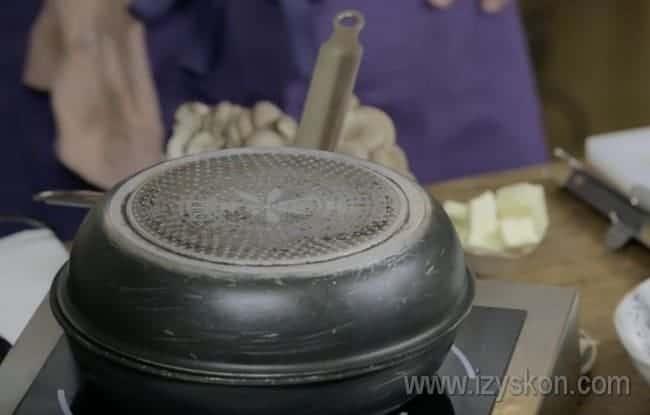 Накрываем сковороду с мясом другой сковородой или крышкой и готовим еще.