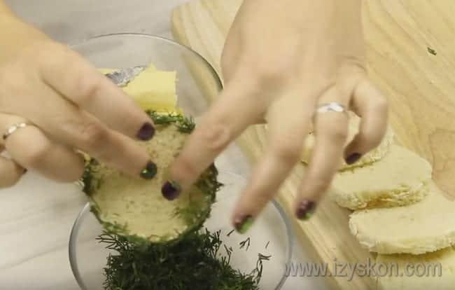 Бока каждого кусочка багета смазываем маслом и обваливаем в укропе.
