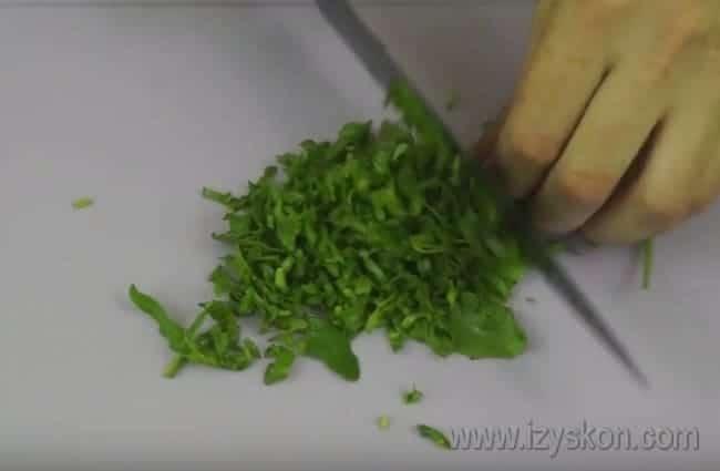 Измельчаем ножом рукколу.