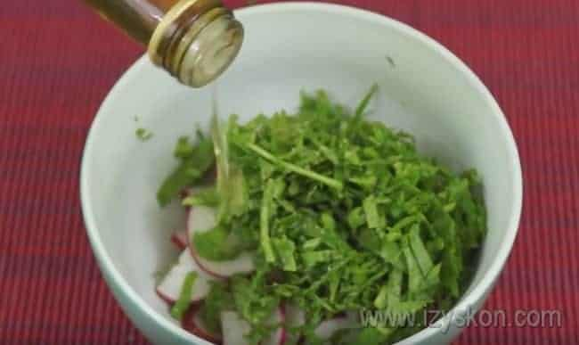 Рукколу с редисом перемешиваем с добавлением яблочного уксуса.