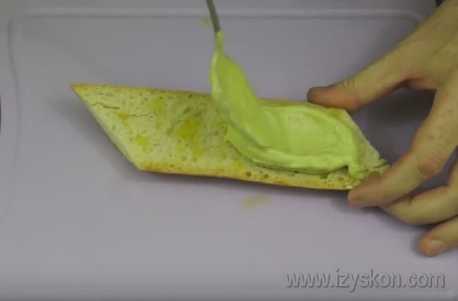 Намазываем багет получившейся пастой из авокадо.