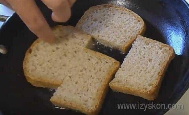 Обжариваем хлеб с одной стороны до золотистого цвета.