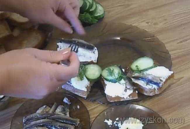 Бутерброды со шпротами можно делать и с соленым огурцом, но мы сделаем со свежим.