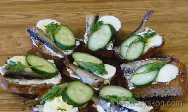 Вот такие бутерброды со шпротами и яйцом можно приготовить по классическому рецепту.