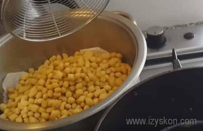 Обжаренный чак-чак перекладываем на застеленное салфетками блюдо, чтобы избавиться от жира.