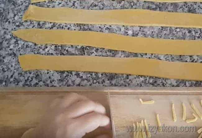 Другую часть теста тоже режем на полоски, которые измельчаем вот на такие маленькие полосочки.