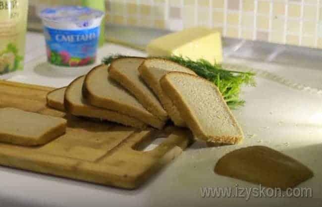 Представляем вашему вниманию простой рецепт вкусных чесночных гренок из черного хлеба.