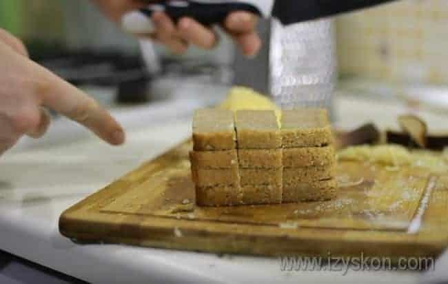 С пропитавшегося хлеба соскабливаем чеснок, а сам хлеб разрезаем на три части.