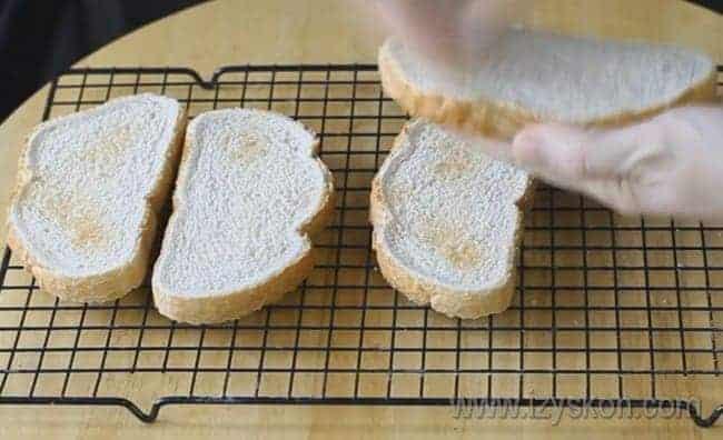 натираем хлеб чесноком, так как бутерброды со шпротами и чесноком будут особенно пикантными.